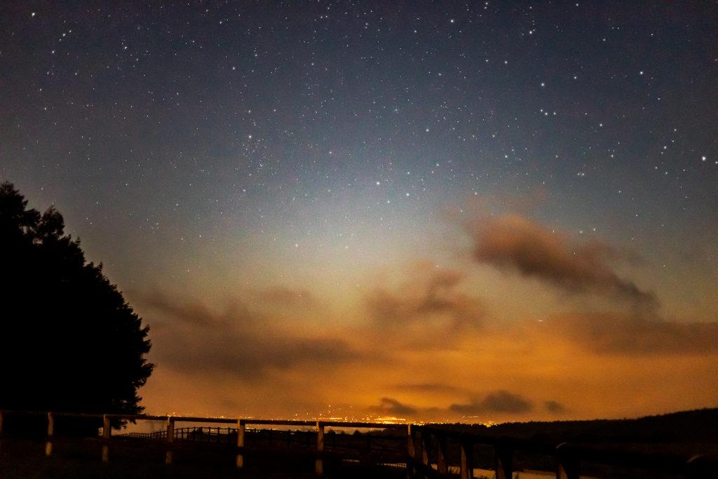2020年8月26日、信州たてしな 白樺高原の蓼科第二牧場から北方向、夜の風景