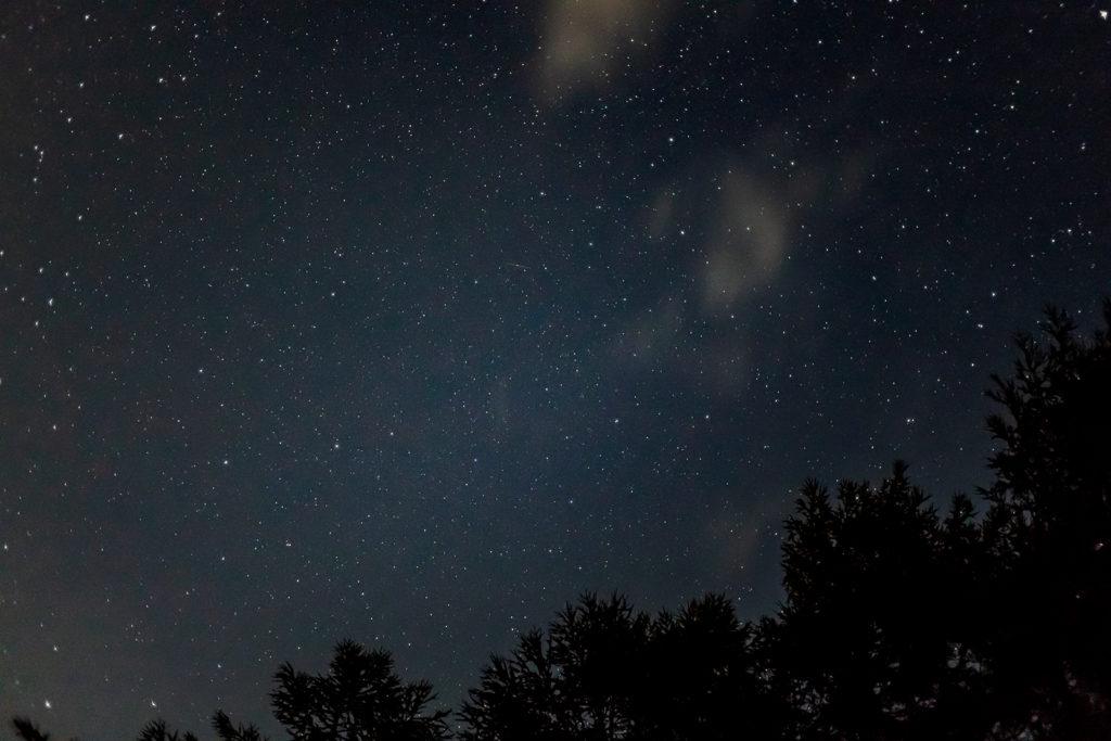 2020年8月26日、信州たてしな 白樺高原の蓼科第二牧場から上空を見た夜の風景