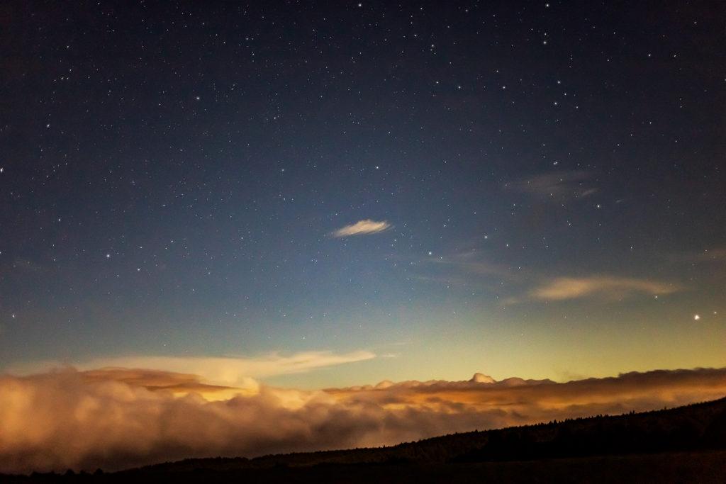 2020年8月27日、信州たてしな 白樺高原の蓼科第二牧場から北方向、夜の風景