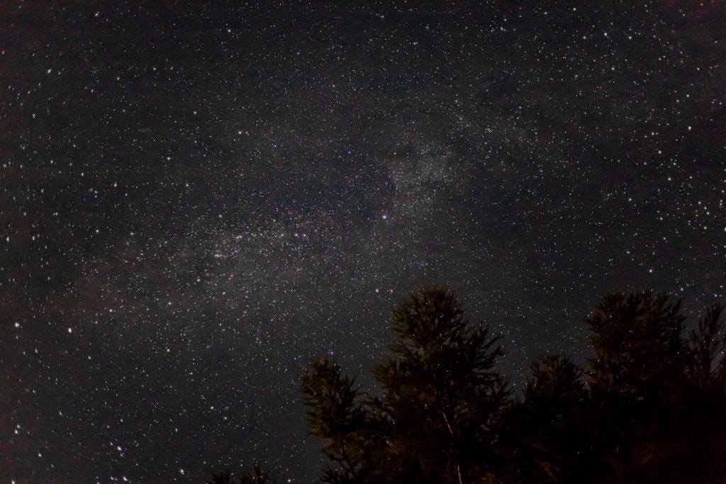 2020年8月27日、信州たてしな 白樺高原の蓼科第二牧場から上空の天の川を見た夜の風景