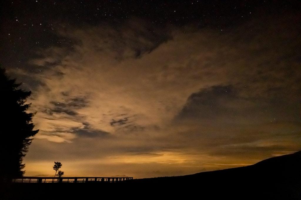 2020年8月23日、信州たてしな 白樺高原の蓼科第二牧場から北方向、夜の風景