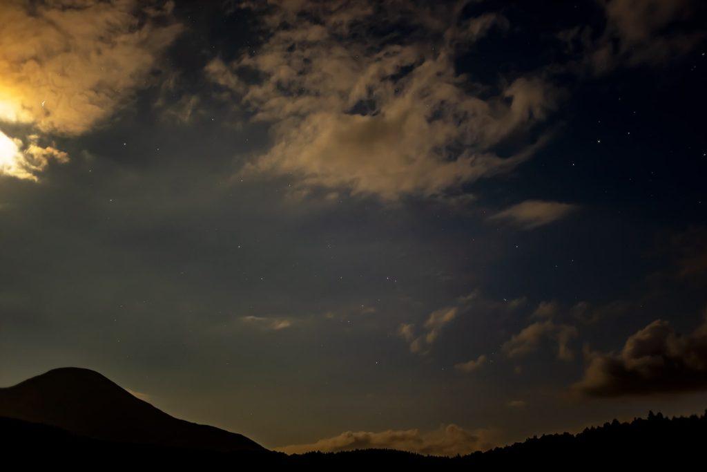 2020年8月29日、信州たてしな 白樺高原の蓼科第二牧場から南方向、夜の風景