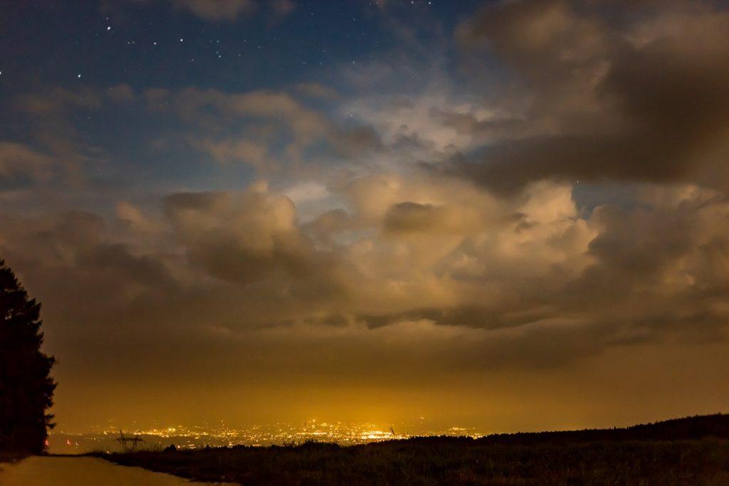 2020年8月29日、信州たてしな 白樺高原の蓼科第二牧場から北方向、夜の風景