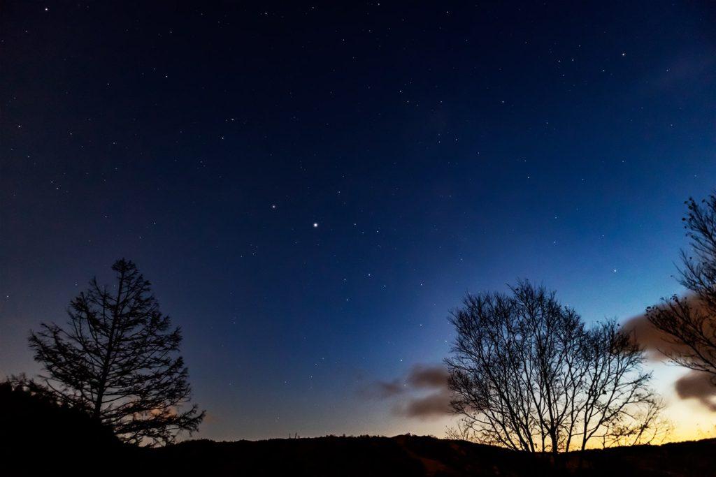 2020年10月30日、信州たてしな 白樺高原の夕陽の丘公園から夜の星空風景。木星や土星、いて座などの星が日暮れ直後から輝く。