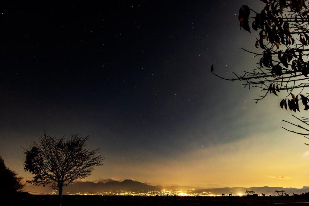 2020年10月30日、信州たてしな 白樺高原の蓼科第二牧場から北方向、夜の星空風景。佐久平の夜景と浅間山、そして満天の星星が楽しめる白樺高原の蓼科第二牧場。