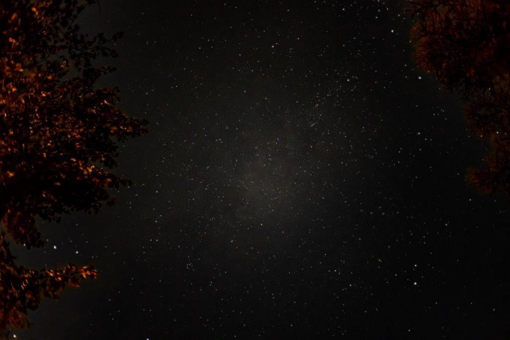 2020年10月31日、信州たてしな 白樺高原の女神湖から頭上を見上げた、夜の星空風景。夏の大三角であるベガ、アルタイル、デネブがひときわ輝いている。
