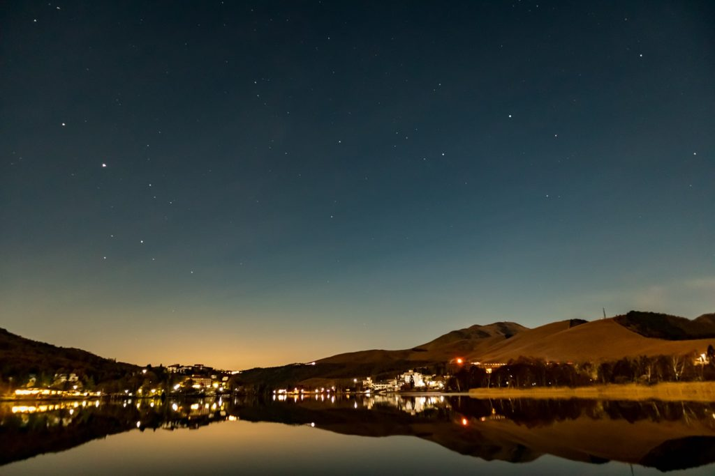 2020年10月31日、信州たてしな 白樺高原の白樺湖から南西方向、夜の星空風景。鏡のような湖面に写り込む車山と木星、土星、いて座などの星々。