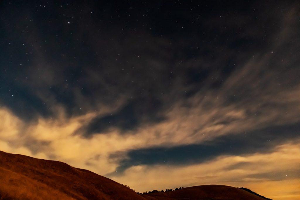 2020年11月1日、信州たてしな 白樺高原の白樺湖展望台から、夜の星空風景。草原の山を照らす星星の輝き。
