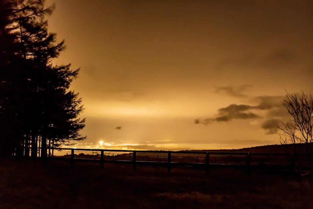2020年11月2日、信州たてしな 白樺高原の蓼科第二牧場から北方向、夜の風景。雲の下に佐久平の夜景が拡がる。