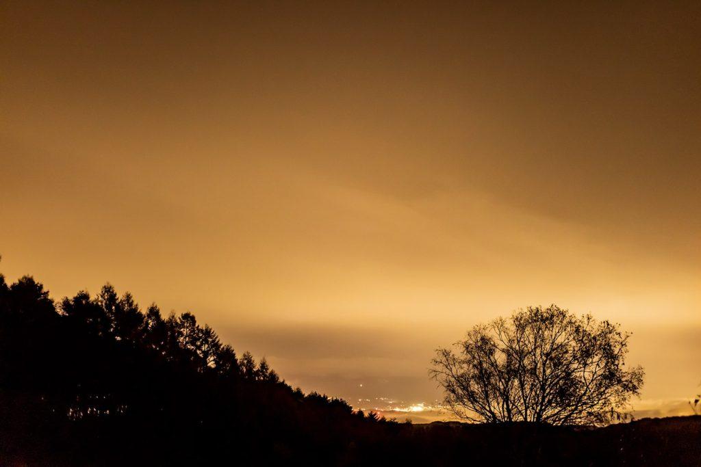 2020年11月2日、信州たてしな 白樺高原の三望台から見る夜の風景。近くの木々をシルエットとして浮かび上がらせる佐久平の夜景。
