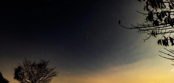 2020年10月30日、信州たてしな 白樺高原の蓼科第二牧場から北方向、夜の風景