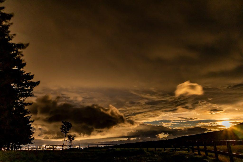 2020年9月3日、信州たてしな 白樺高原の蓼科第二牧場から北方向、夜の風景
