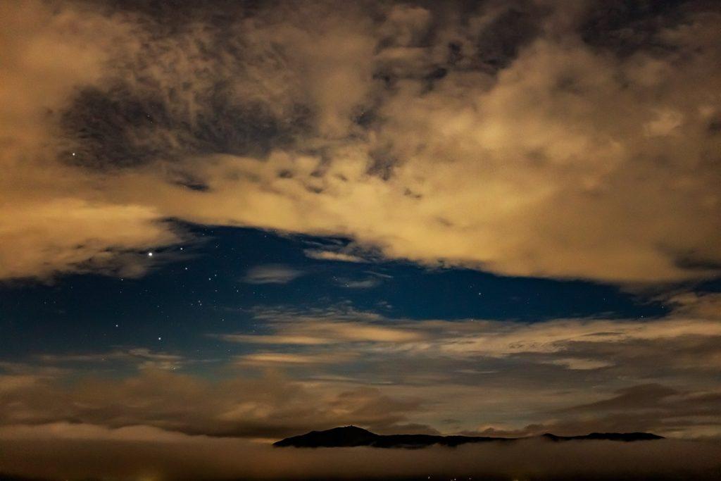 2020年9月4日、信州たてしな 白樺高原の女神のそらテラスから、夜の風景