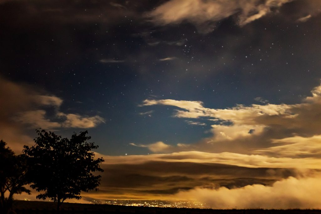 2020年9月5日、信州たてしな 白樺高原の蓼科第二牧場から北方向、夜の風景。雲が多いもののペルセウス座が確認できる。
