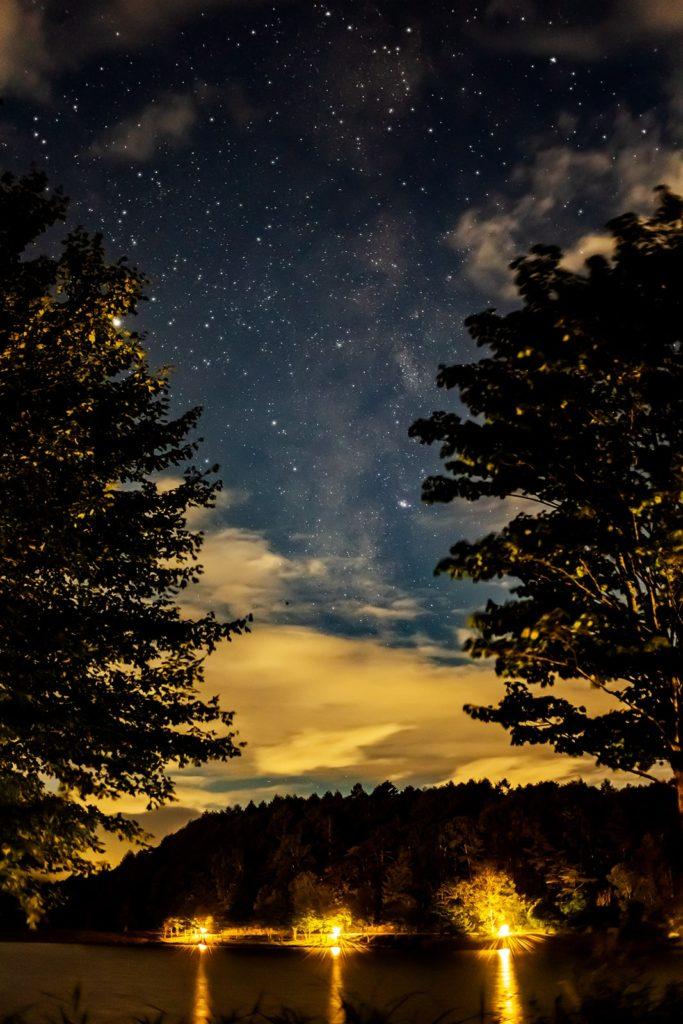2020年9月6日、信州たてしな 白樺高原の女神湖畔から、夜の星空風景。ちょうど木々の間に流れる天の川。