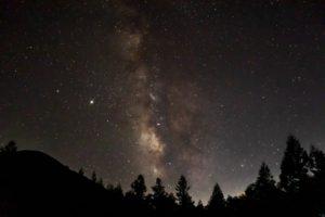 信州たてしな白樺高原でおすすめの星空スポット:蓼科山七合目登山口から見た蓼科山と天の川