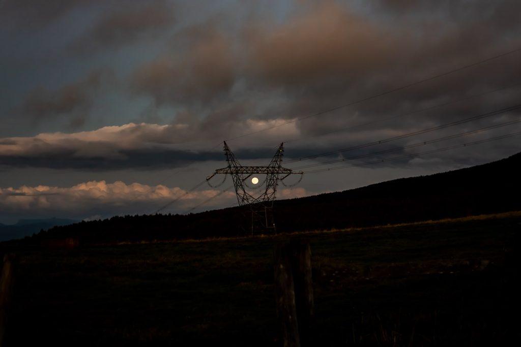 2020年10月1日、信州たてしな 白樺高原の蓼科第二牧場から東方向、夜の風景。昇ったばかりの中秋の名月。