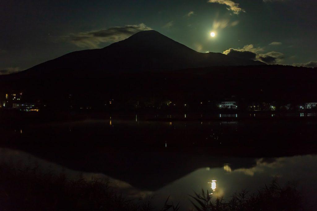 2020年10月1日、信州たてしな 白樺高原の白樺湖畔から、夜の風景。湖面に写る中秋の名月。