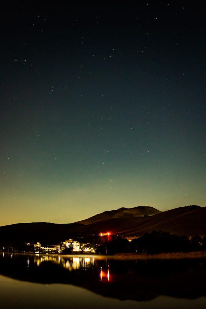 2020年10月1日、信州たてしな 白樺高原の白樺湖畔から、夜の星空風景。