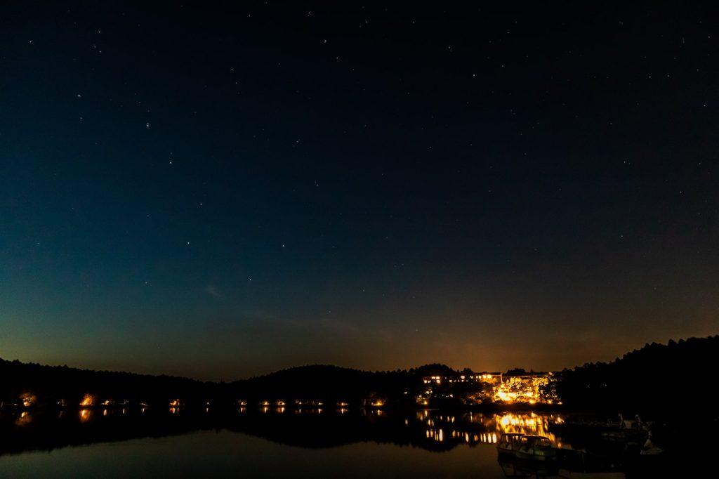 2020年10月2日、信州たてしな 白樺高原の女神湖畔から、夜の星空風景1。北の方向を見ると北斗七星が輝いている。