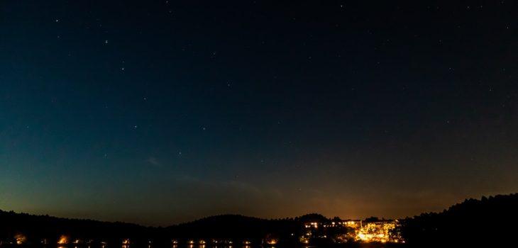 2020年10月2日、信州たてしな 白樺高原の女神湖畔から、夜の星空風景1