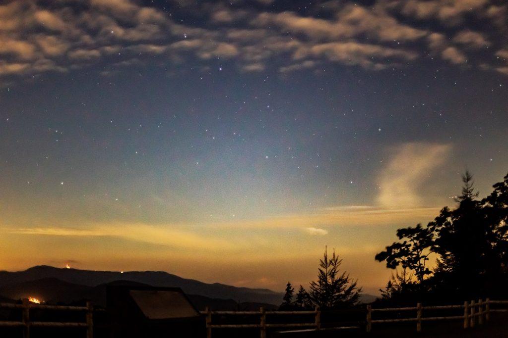 2020年10月3日、信州たてしな 白樺高原の夕陽の丘公園から、夜の星空風景1。北北西方向には美ヶ原高原が見え、その上空位北斗七星が輝く。また、漫画「北斗の拳」ででてくる死兆星のモデルとなったアルコルもハッキリと写っている。