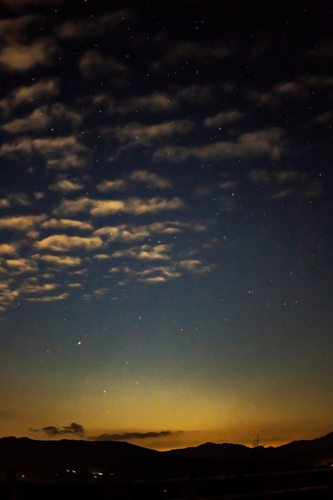 2020年10月3日、信州たてしな 白樺高原の夕陽の丘公園から、夜の星空風景2。夕陽の丘から北西方向には霧ヶ峰から美ヶ原へつ続く山々が見え、その上空にはうしかい座やかんむり座が雲間から確認できる。