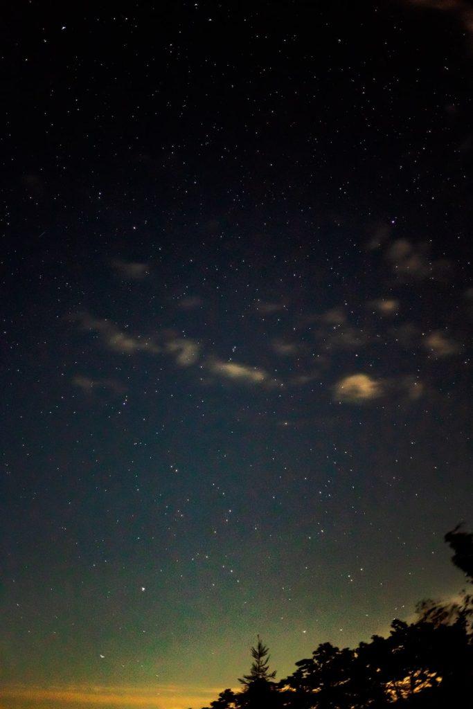 2020年10月3日、信州たてしな 白樺高原の夕陽の丘公園から、夜の星空風景3。北方向にもう一枚。中央右上に輝く北極星とそれをふくむこぐま座が見える。