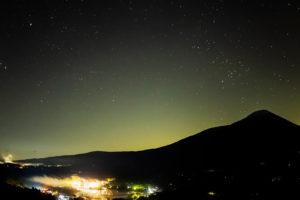 2020年10月18日、信州たてしな 白樺高原の白樺湖展望台から見た、夜の星空風景