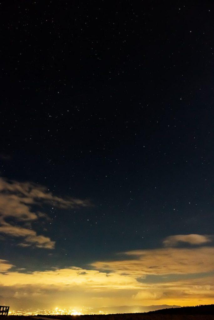 2020年10月26日、信州たてしな 白樺高原の蓼科第二牧場から北東方向、夜の風景