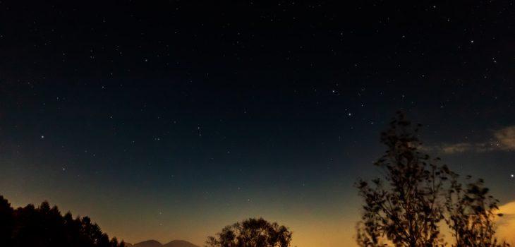 2020年10月28日、信州たてしな 白樺高原の蓼科第二牧場から北東方向、夜の風景
