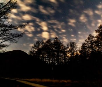2020年11月1日、信州たてしな 白樺高原の御泉水自然園から、夜の風景