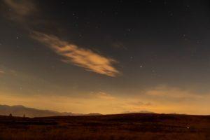 霧ケ峰高原駐車場近くから見た星空。霧ヶ峰の草原とその上空に拡がる星空。