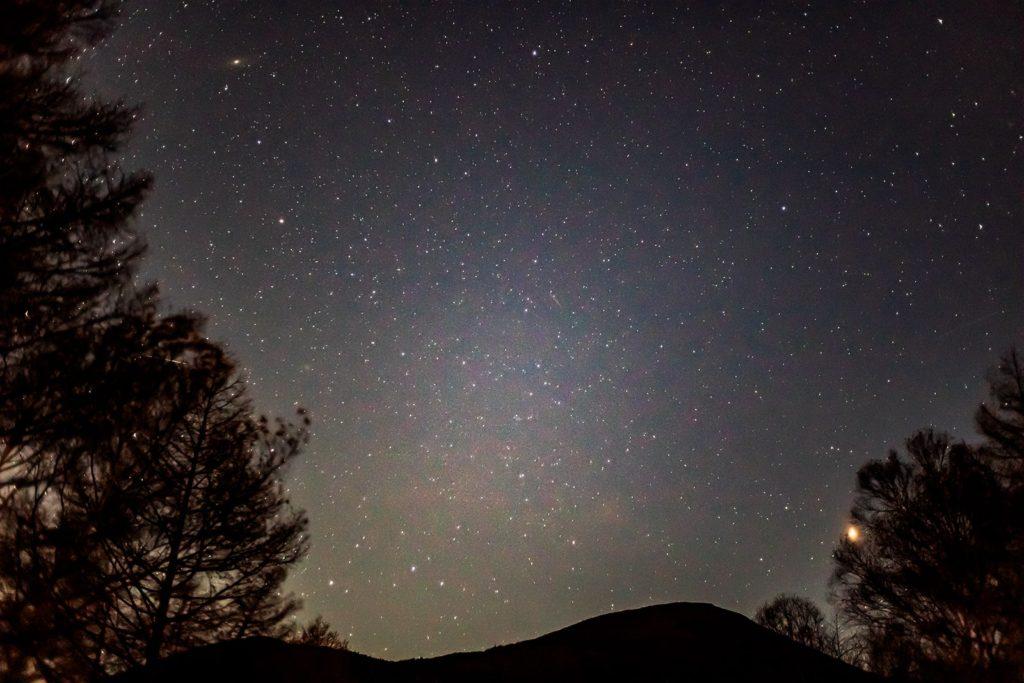 2020年11月3日、信州たてしな 白樺高原の夕陽の丘公園から、夜の星空風景。火星とアンドロメダ銀河、ほかにも星座が蓼科山の背後で輝いている