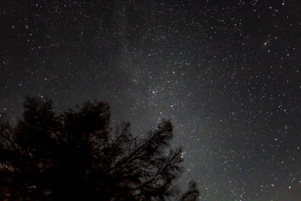 2020年11月3日、信州たてしな 白樺高原の蓼科第二牧場から北方向、夜の星空風景。カシオペヤ座やアンドロメダ銀河、天の川の星々が頭上に輝く。