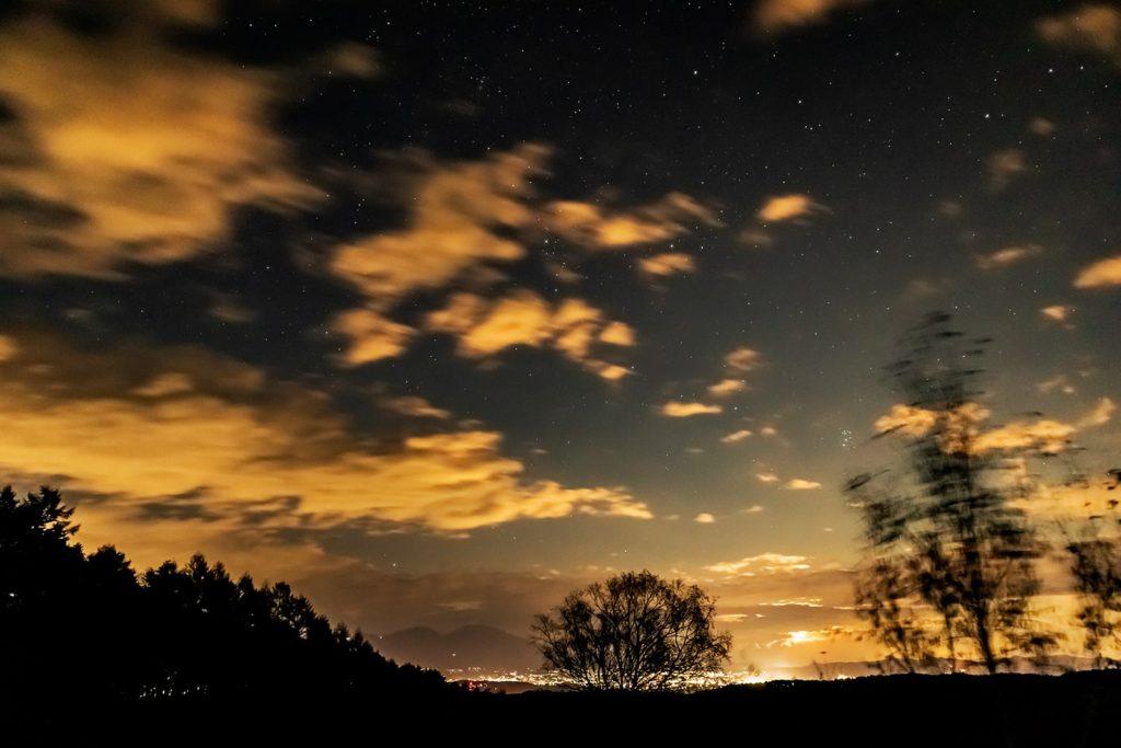 2020年11月3日、信州たてしな 白樺高原の三望台から見る夜の風景