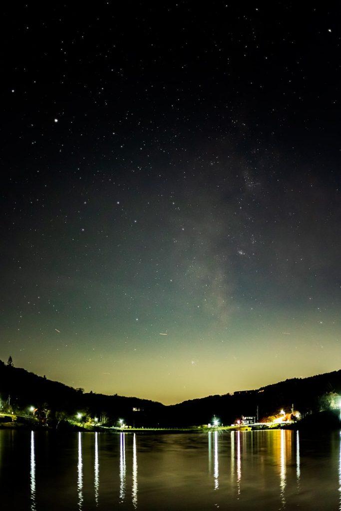 2020年11月4日、信州たてしな 白樺高原の白樺湖畔から南西方向、夜の星空風景。湖面は風に揺れているが請雨空に伸びる天の川がハッキリと写った一枚。