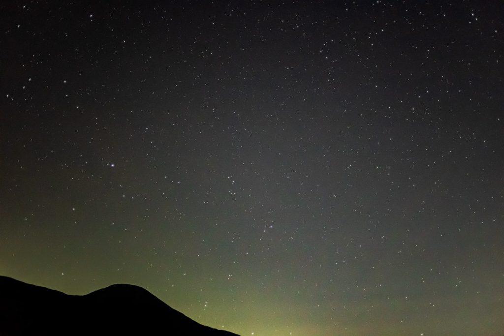 2020年11月4日、信州たてしな 白樺高原の蓼科第二牧場から南方向、夜の星空風景。蓼科山の背後の闇に宝石を散りばめたように輝く多くの星々