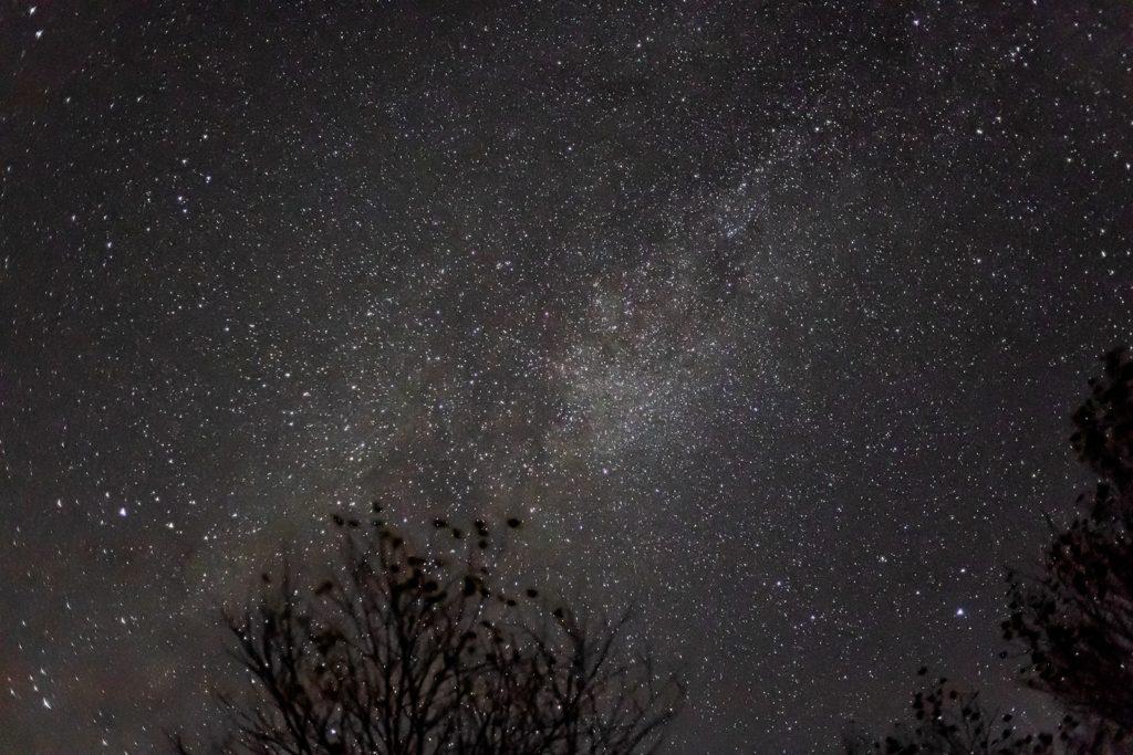 2020年11月4日、信州たてしな 白樺高原の蓼科第二牧場から西方向、夜空にかかる天の川と夏の大三角。白樺高原では文字通り満天の星空が楽しめる。