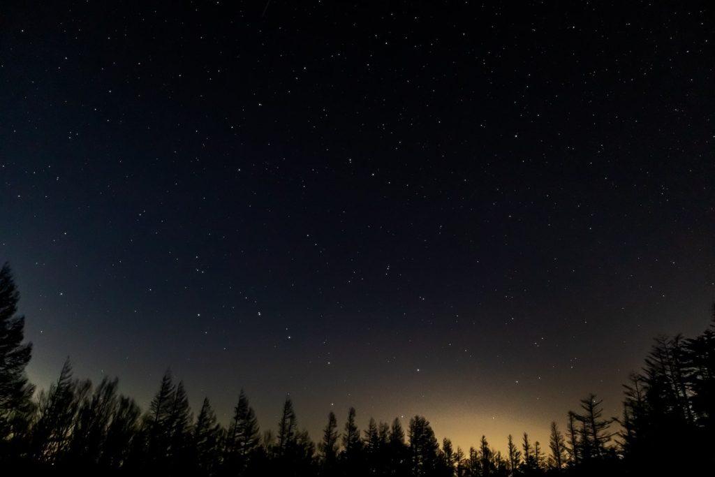 2020年11月5日、信州たてしな 白樺高原の蓼科山七合目登山口から北方向、夜の星空風景。北斗七星や北極星、こぐま座など多くの天体が写った一枚