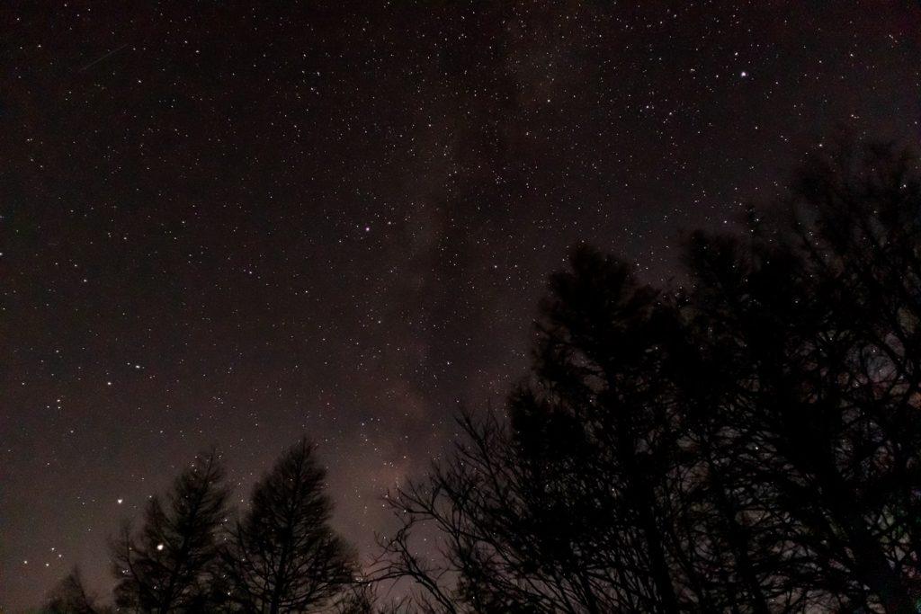 2020年11月5日、信州たてしな 白樺高原の蓼科山七合目登山口から南西方向、夜の星空風景。木星と土星、天の川がよく見える一枚。ほかにも七夕伝説の彦星であるアルタイルとそれを含むわし座、織姫であるベガとそれを含むこと座も見える。