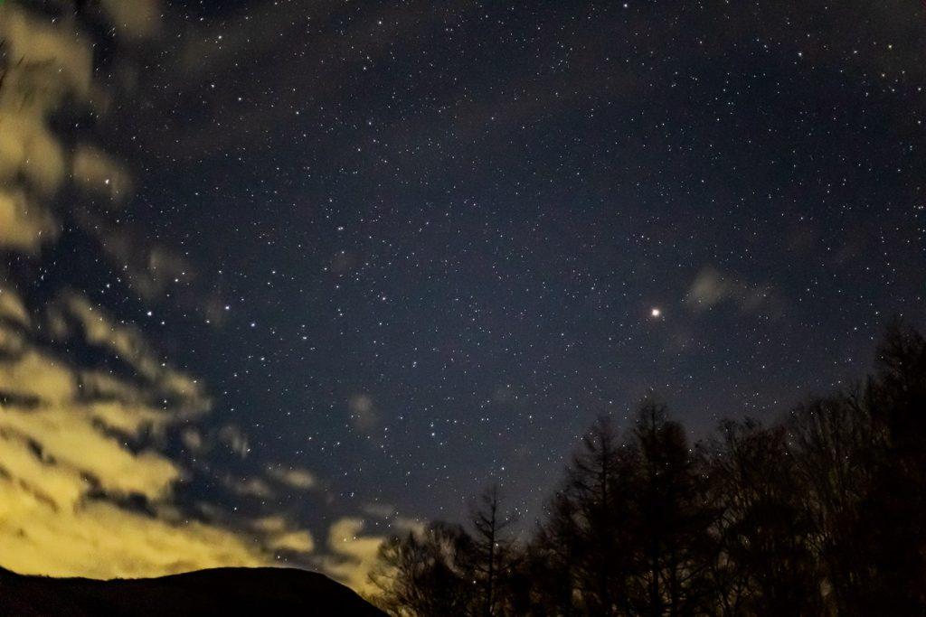 2020年11月6日、信州たてしな 白樺高原の夕陽の丘公園から、夜の星空風景。火星やうお座、おひつじ座などの星々が蓼科山の背後に輝く