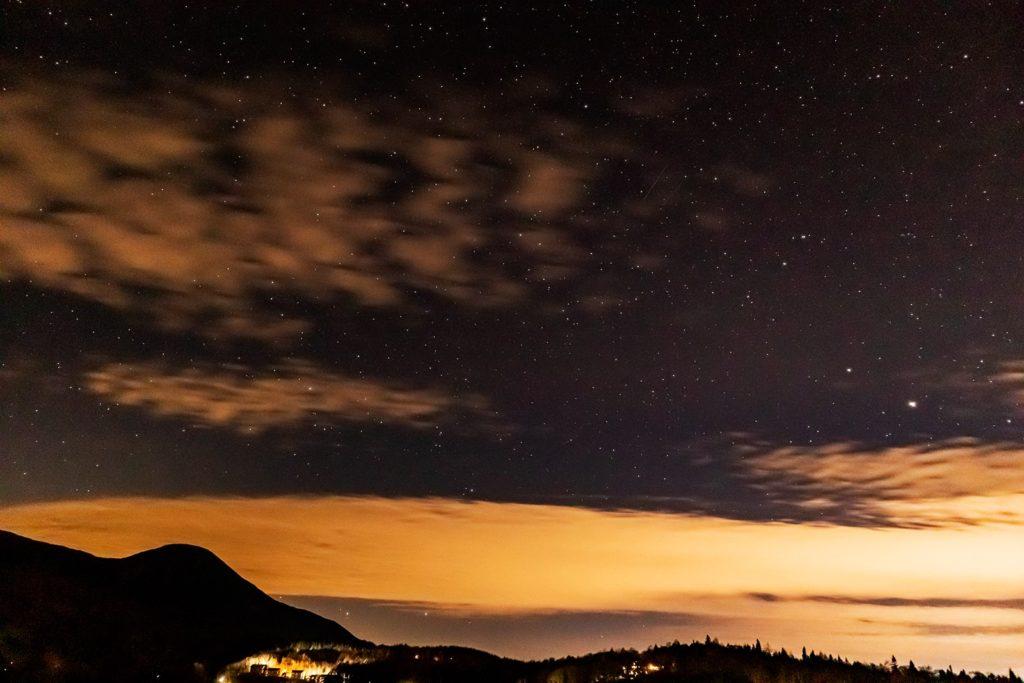 2020年11月6日、信州たてしな 白樺高原の蓼科第二牧場から南方向、夜の星空風景。木星、土星、やぎ座などが蓼科山の背後で輝く