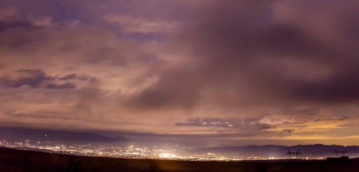 2020年11月7日、信州たてしな 白樺高原の蓼科第二牧場から北方向、夜の風景