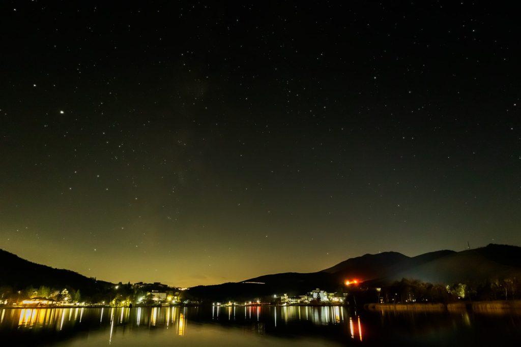 2020年11月8日、信州たてしな 白樺高原の白樺湖畔から南西方向、夜の星空風景