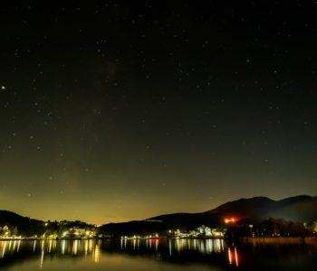 2020年11月8日、信州たてしな 白樺高原の白樺湖畔から南西方向、夜の風景