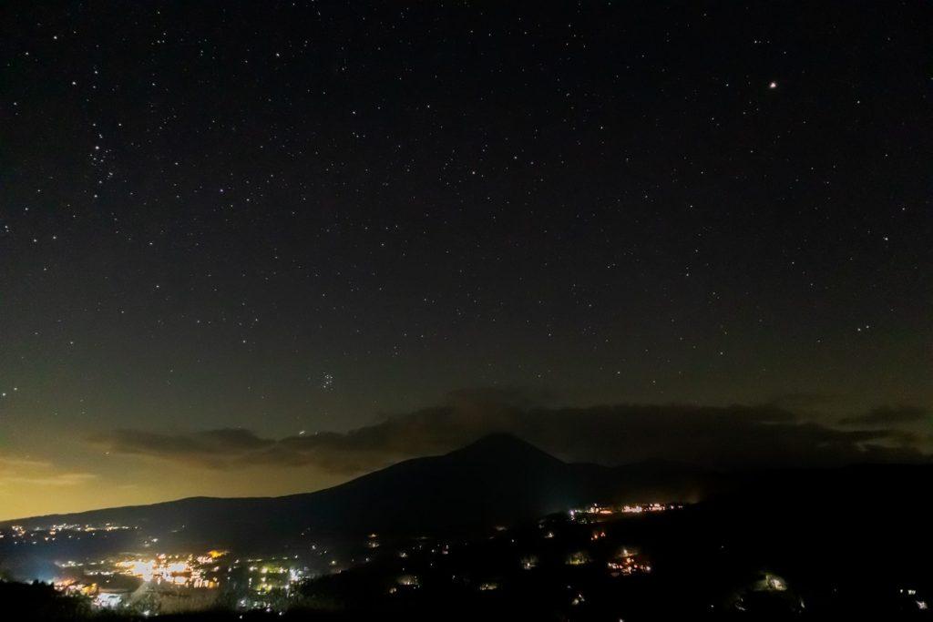 2020年11月8日、信州たてしな 白樺高原の白樺湖展望台から見た、夜の星空風景