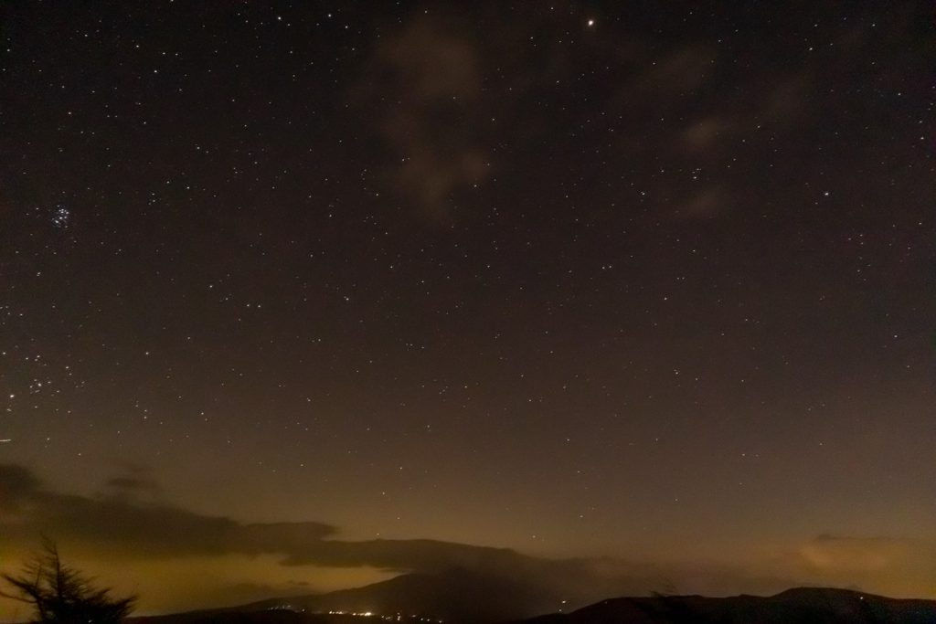 2020年11月8日、ビーナスラインにある三峰展望台からみた南東方向、夜の星空風景