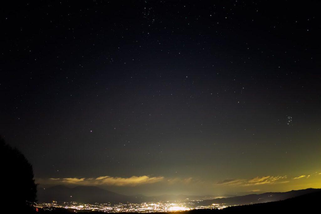 2020年11月9日、信州たてしな 白樺高原の蓼科第二牧場から北東方向、夜の星空風景