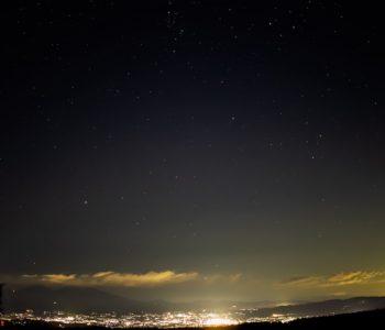 2020年11月9日、信州たてしな 白樺高原の蓼科第二牧場から北東方向、夜の風景